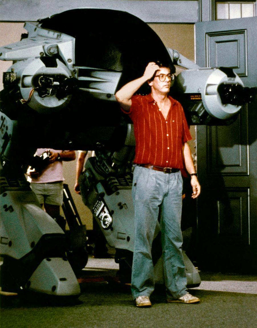 Paul Verhoeven (et ED-209) sur le tournage de Robocop en 1987.