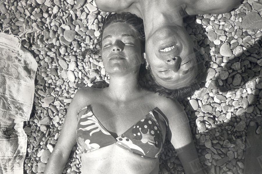 Simone Signoret et Yves Montand en vacances sur la Côte d'Azur, en juillet 1951.