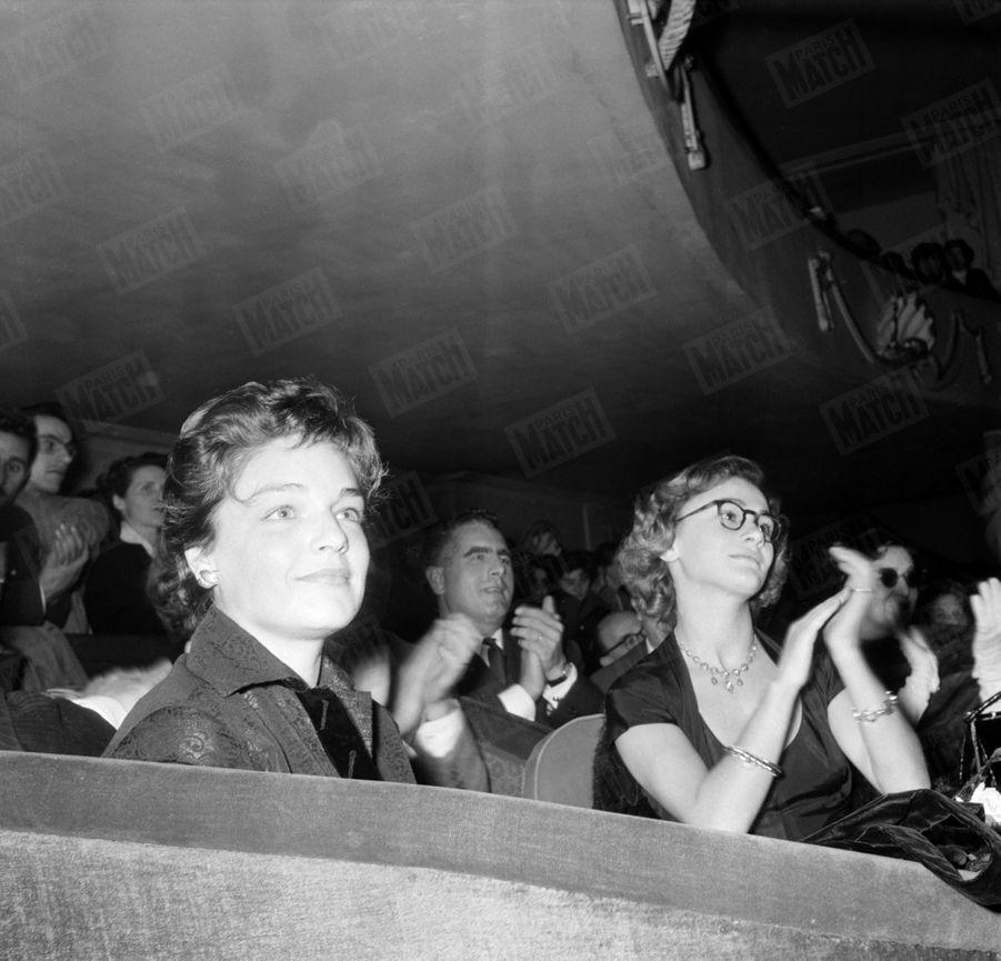 Simone Signoret assiste au concert d'Yves Montand au théâtre de la Renaissance. (Photo non datée, années 1950)
