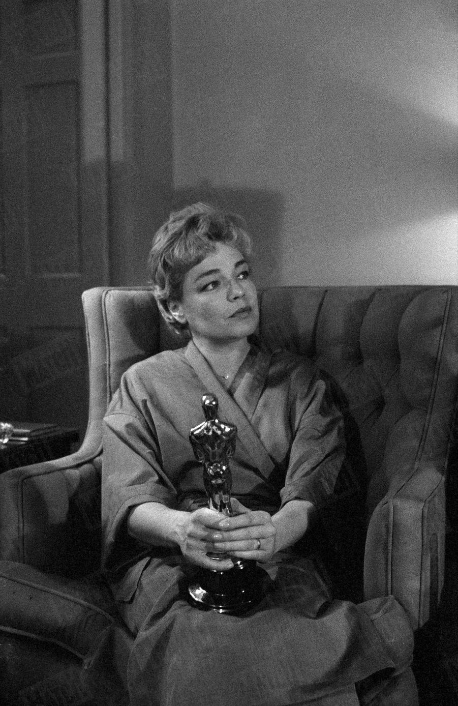 Simone Signoret dans sa chambre du Beverly Hills Hotel, au lendemain de sa victoire aux Oscars, en avril 1960.
