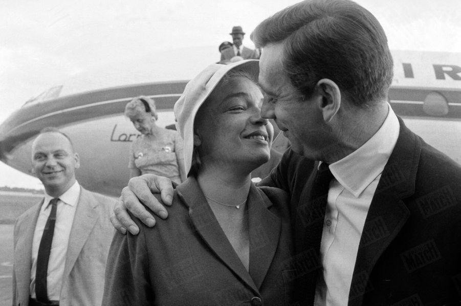 """Simone Signoret retrouve Yves Montand, en rentrant de Rome où elle tournait le film """"Adua et ses compagnes"""" d'Antonio Pietrangeli, en juillet 1960. L'acteur vient d'achever le tournage du film """"Le Milliardaire"""", où il a noué une relation passagère avec Marilyn Monroe."""
