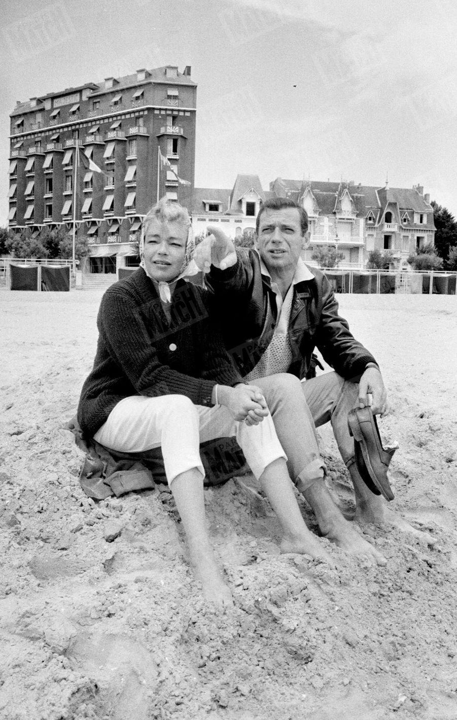 Simone Signoret et Yves Montand, à La Baule en juillet 1959.
