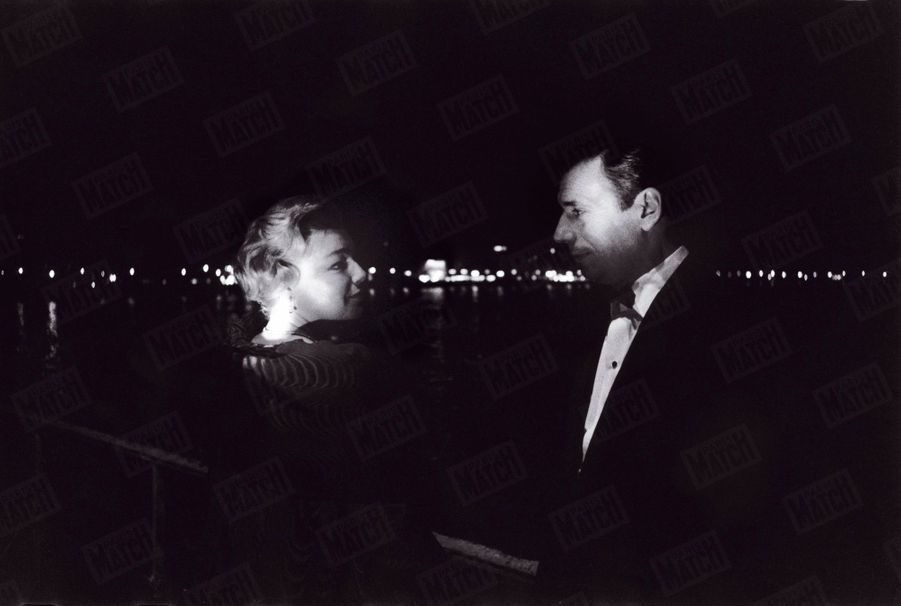 """Simone Signoret et Yves Montand, lors du 12ème Festival de Cannes, où l'actrice a obtenu lePrix d'interprétation féminine pour son rôle dans """"Les Chemins de la haute ville"""",en mai 1959."""