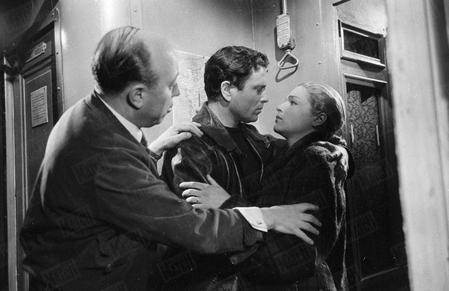 """Simone Signoret et Raf Vallone dirigés par Marcel Carné sur le tournage du film """"Thérèse Raquin"""" en 1953."""
