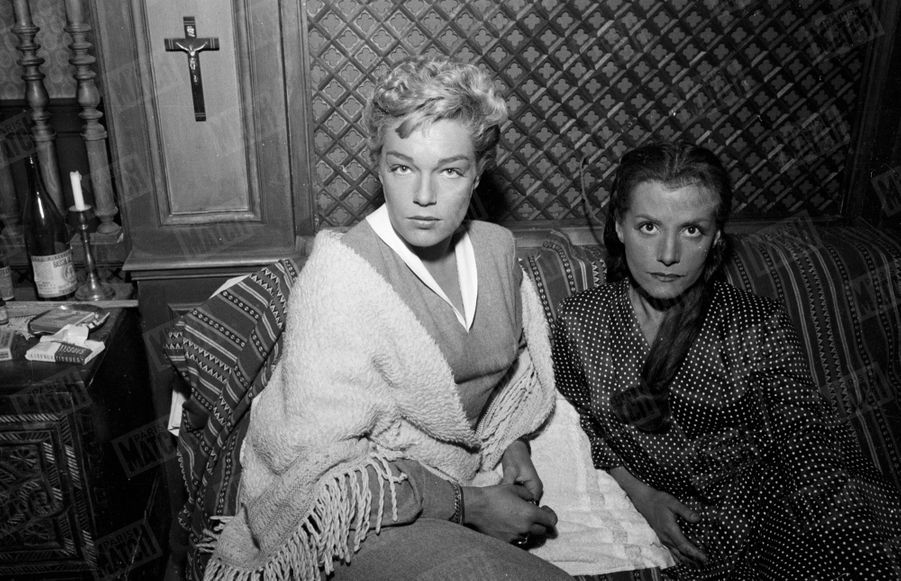 """Simone Signoret et Vera Clouzot sur le tournage du film """"Les Diaboliques"""" d'Henri-Georges Clouzot, en 1954."""