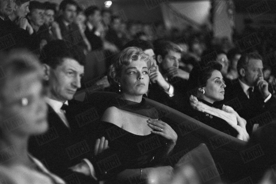 Simone Signoret assiste au concert d'Yves Montand au théâtre de l'Etoile, en octobre 1958.