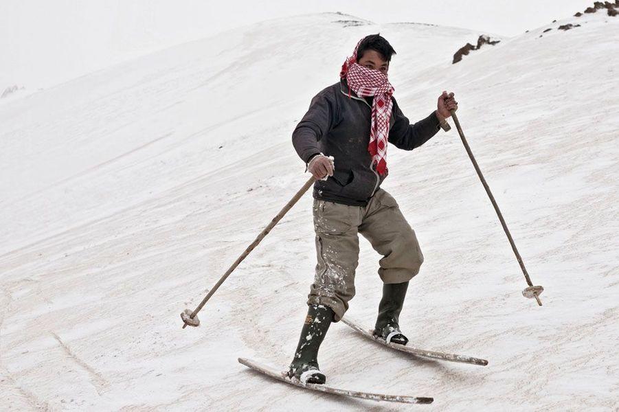 Ce n'est pas Méribel, c'est Bamiyan à 130 kilomètres au nord-ouest de Kaboul. Le tiers de l'Afghanistan est montagneux et couvert de neige en hiver. Mais une guerre de trente ans n'est pas propice aux sports de glisse. Pourtant, le coeur du pays est occupé par un massif montagneux complexe, l'Hindu Kouch, dont le plus haut sommet culmine à 7 708 mètres. Depuis 2008, des skieurs occidentaux sont venus découvrir le charme de ces montagnes inviolées, sous l'égide de la Fondation Aga Khan qui souhaite initier une vocation touristique et commence à former des guides et des moniteurs. Sous le regard des enfants qui étudient équipements et vêtements venus des Alpes. Bamiyan, connu pour ses trois bouddhas géants dynamités par les talibans, est en passe de devenir une vraie station. C'est aussi le nouveau royaume de ces gavroches des neiges.Hosin Ali a fabriqué tout son matériel, il rêve de devenir moniteur. Chaque matin, il part à l'assaut de la pente.