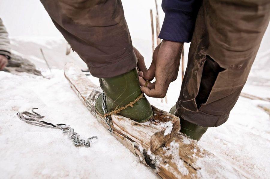 Les fixations sont taillées dans des débris de charpente et leurs chaussures sont bloquées avec de la ficelle ou des courroies dans le meilleur des cas. Les mieux dotés utilisent des bottes imperméables mais les autres se contentent de chaussures ordinaires.
