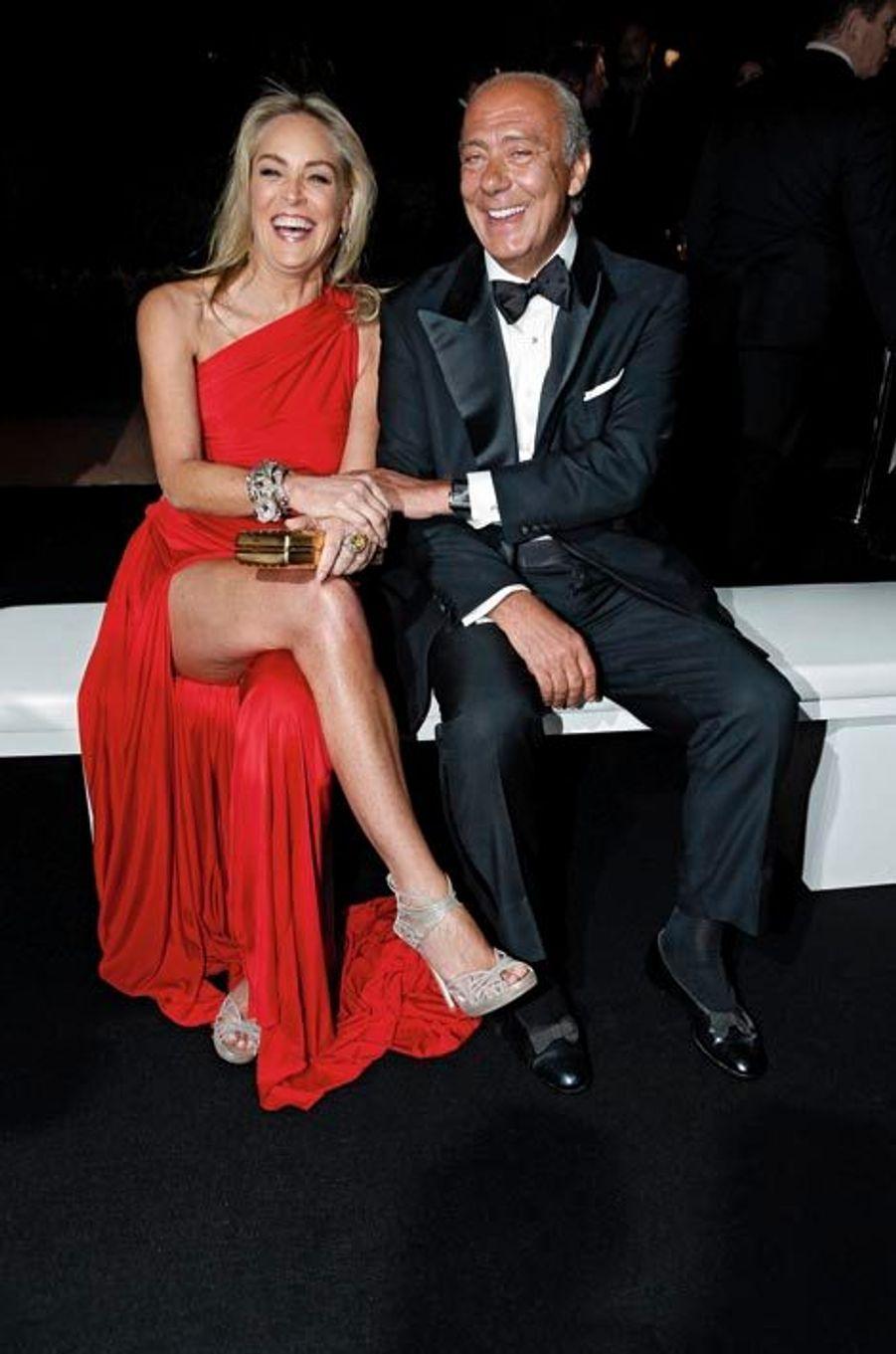 Princier, Fawaz Gruosi, le joaillier genevois, a donné à l'hôtel du Cap-Eden-Roc une fête où Gatsby le Magnifique aurait pu apparaître au milieu des sept cents invités. Stars, tycoons, socialites, top models aussi scintillantes que les vitrines où brillaient plus de 30 millions d'euros de somptueux bijoux, tycoons ont admiré un feu d'artifice pharaonique au son d'un grand orchestre philharmonique. Au dîner qui suivit le cocktail, Leonardo DiCaprio, assis à une table avec ses parents, joua les intouchables, protégé par une haie de six gardes du corps qui découragea les plus téméraires.