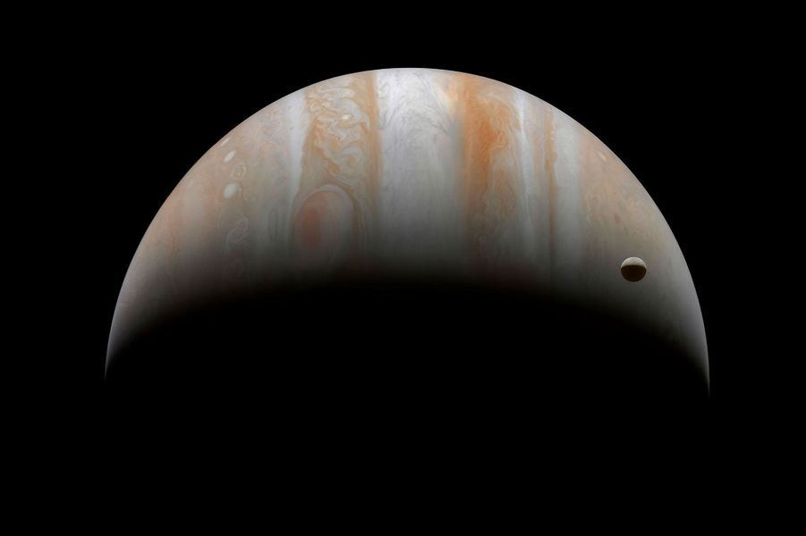 Le satellite Ganymede joue à cache-cache devant Jupiter