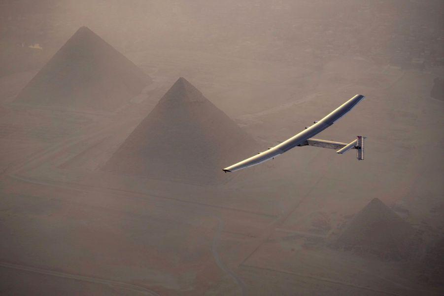 L'avion solaire domine les pyramides d'Egypte