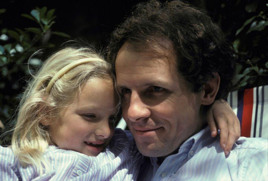 Patrick Poivre d'Arvor et sa fille Solenn en avril 1982.