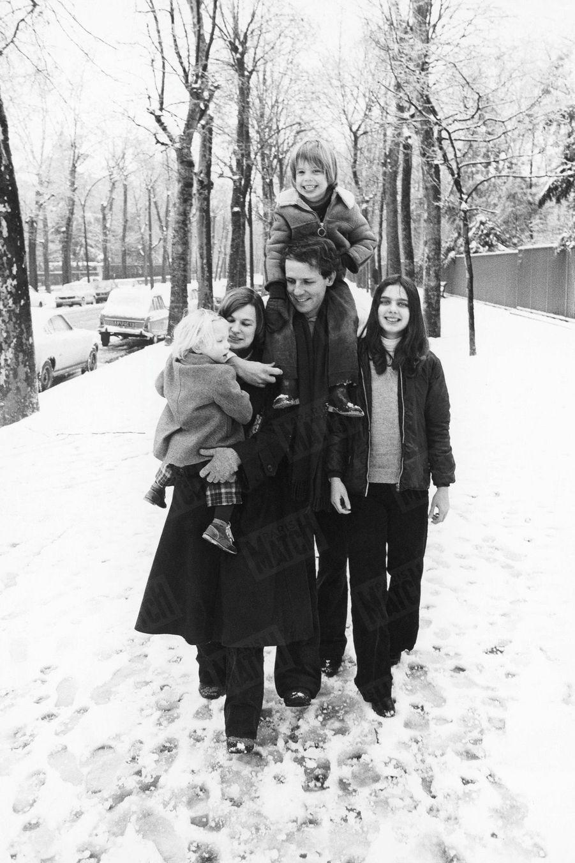 « Patrick Poivre d'Arvor, le tendre père. En 1977, le jeune homme de télévision le plus discret nous présentait sa famille. Une promenade en hiver: Solenn, 2 ans, dans les bras de sa maman, Véronique, Arnaud, 6 ans, sur les épaules de son père, et Dorothée, 10 ans. » - Paris Match n°2385, 9 février 1995