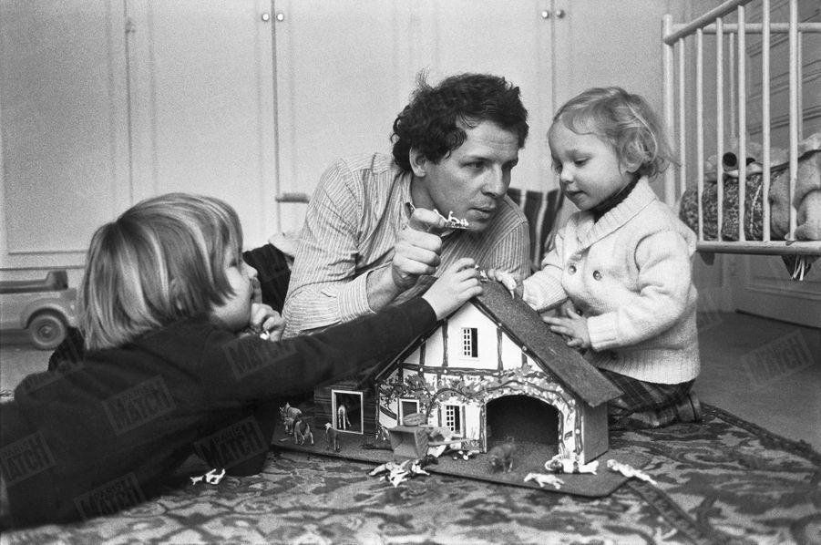 « Patrick Poivre d'Arvor, le tendre père. En 1977, le jeune homme de télévision le plus discret nous présentait sa famille. Jeux dans une chambre d'enfants, avecSolenn, 2 ans, et Arnaud, 6 ans. » - Paris Match n°2385, 9 février 1995