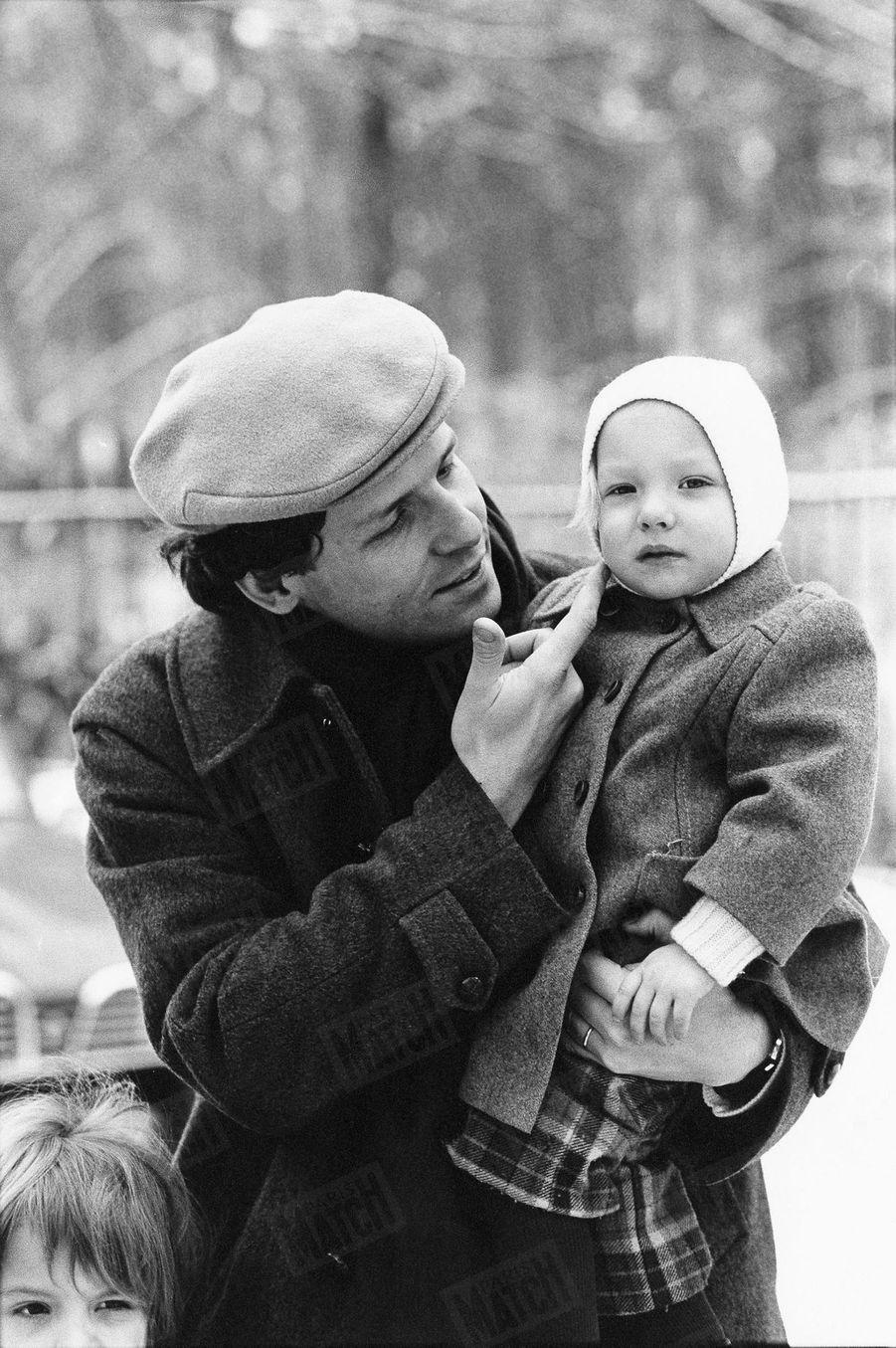 Solenn, dans les bras de son père, le 19 février 1977.