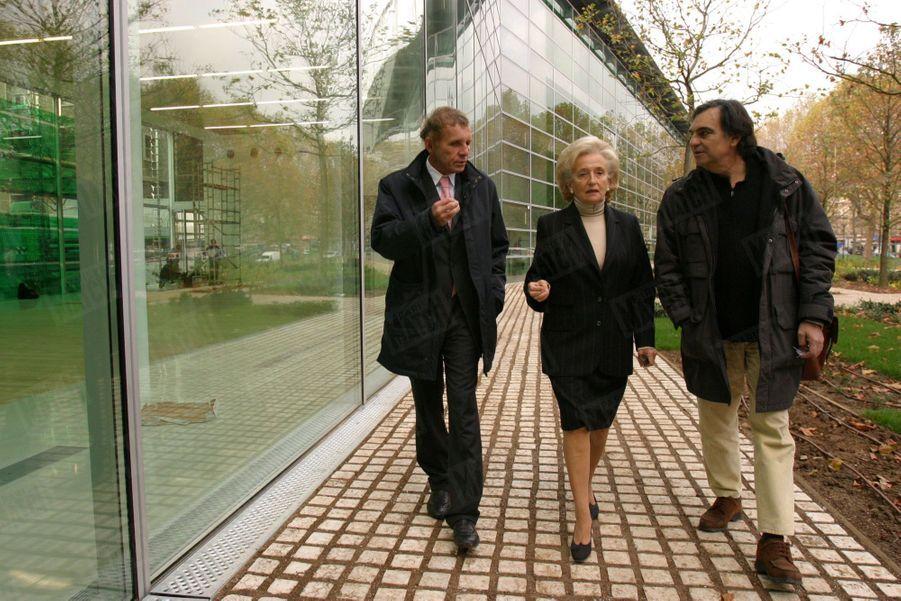 Patrick Poivre d'Arvor en compagnie de Bernadette Chirac et du Pr Marcel Rufo, psychiatre pour enfants et adolescents, le 9 novembre 2004 à l'hôpital Cochin, où a été édifiée la Maison de Solenn. Baptisé en hommage à la fille de PPDA, l'établissement consacré aux maladies de l'adolescence a été financé par la Fondation Hôpitaux de Paris-Hôpitaux de France, grâce aux dons récoltés dans le cadre de l'opération pièces jaunes, parrainée par la Première dame.