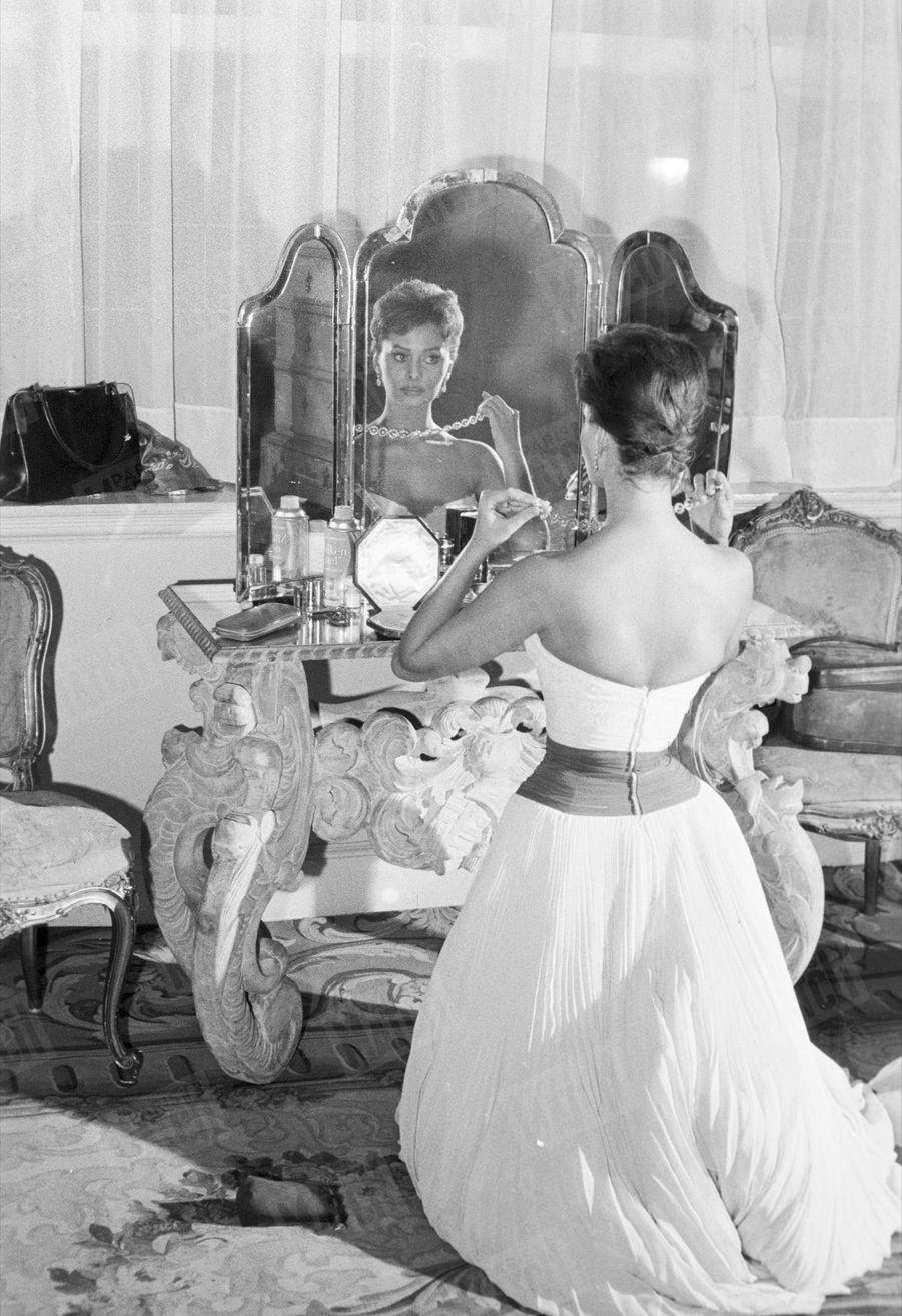 «Elle portera cette chaîne de diamants. C'est son premier collier de jeune mariée. » - Paris Match n°449, 16 novembre 1957