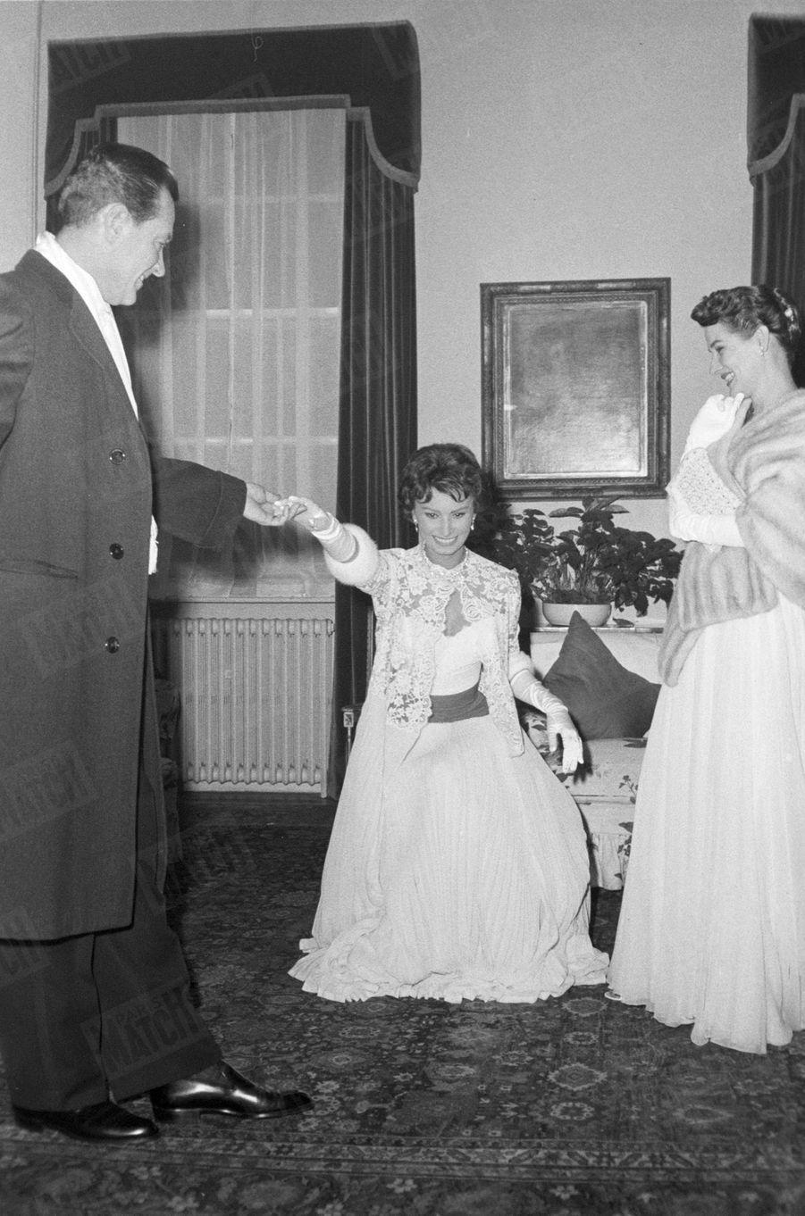 «Les épaules couvertes de sa modestie, Sophia répète. Bientôt elle verra la reine. » - Paris Match n°449, 16 novembre 1957