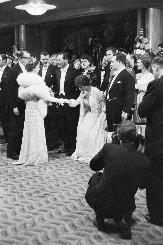 «L'instant est arrivé: Sophia s'incline devant Elisabeth qui lui dit : « Je suis si contente de vous revoir. » Elle lui avait déjà été présentée l'an dernier. À sa droite, William Holden. » - Paris Match n°449, 16 novembre 1957