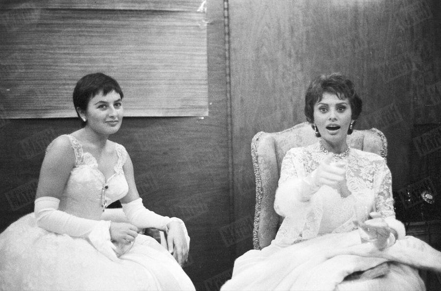 Sophia Loren se prépare à rencontrer la reine Elizabeth II, le 4 novembre 1957, près de Londres.