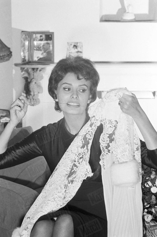 «La fée du cinéma est aussi la fée du logis : Sophia met un dernier point au parement de dentelle qu'elle étrennera à la Royal Performance pour être présentée à la reine. » - Paris Match n°449, 16 novembre 1957
