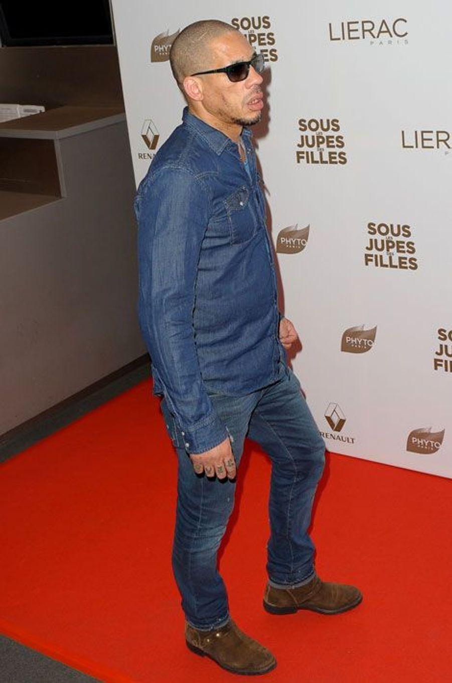 Joey Starr en complet jeans et lunettes noires