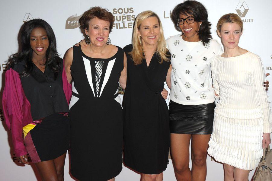 L'équipe de D8 au grand complet : de gauche à droite Hapsatou Sy, Roselyne Bachelot, Laurence Ferrari, Audrey Pulvar et Elisabeth Bost.
