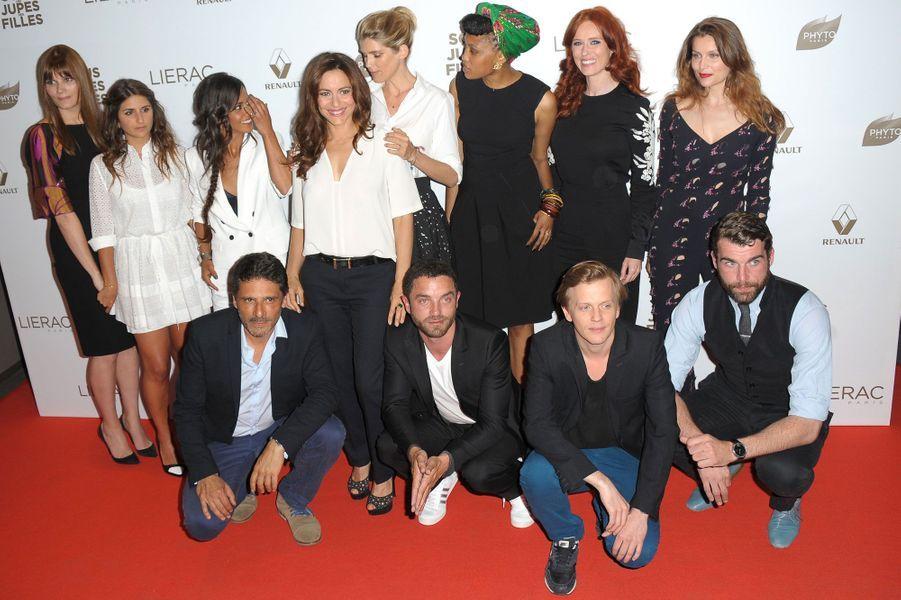 Les actrices du film posent avec les acteurs