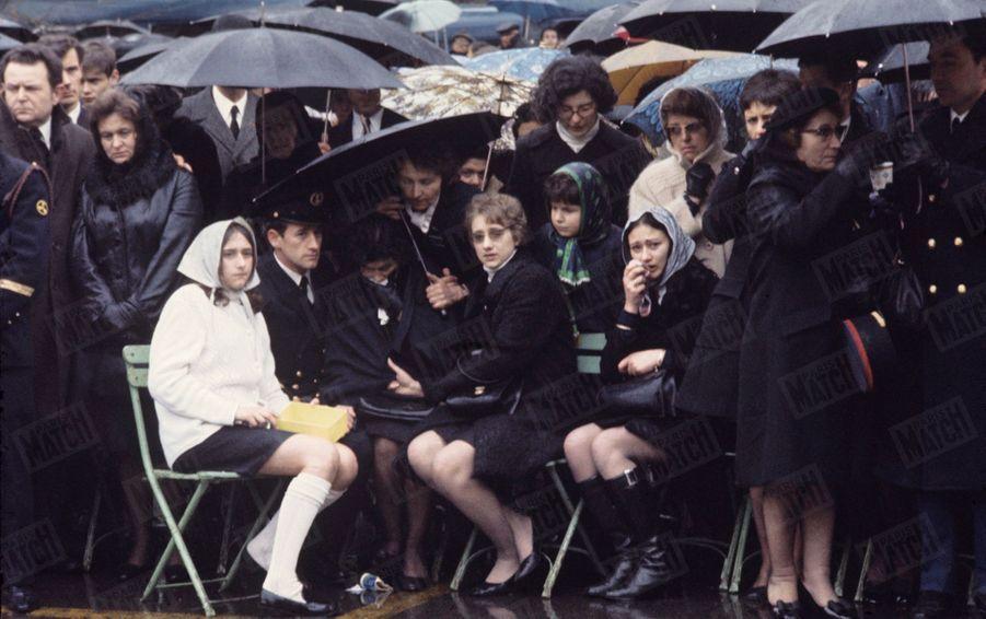 """Les larmes des familles, lors de l'hommage national aux 57 disparus du sous-marin '""""Eurydice"""", le 10 mars 1970."""