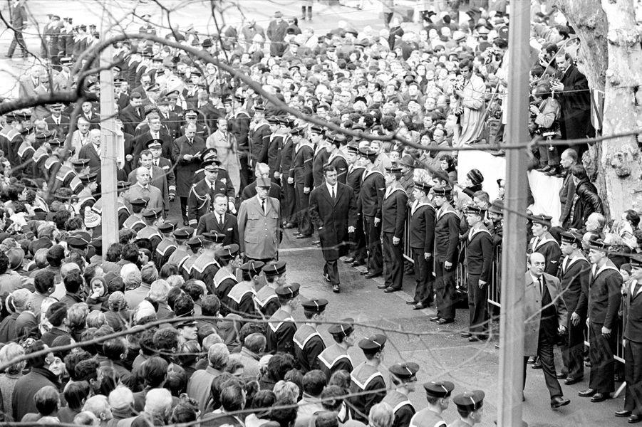 """Le Général de Gaulle, lors de l'hommage national pour les marins de """"La Minerve"""" à Toulon, en février 1968."""