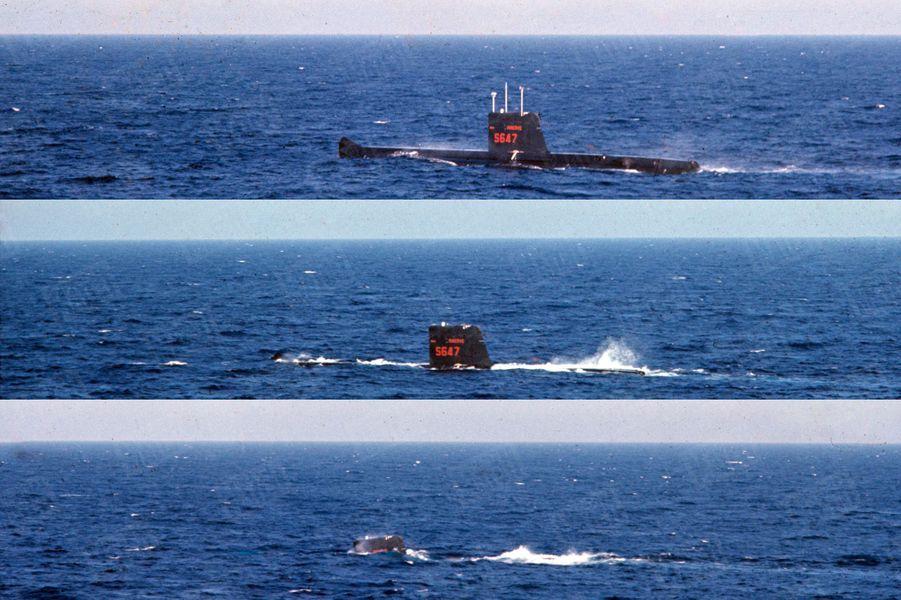 """""""Une tragédie inexpliquée, la """"Minerve"""" disparaît en merLe 27 janvier [1968] un sous-marin français de 700 tonnes, la « Minerve » (au cours d'un exercice de plongée, ci-dessous) disparaît au large de Toulon avec 52 hommes à bord. (...) Malgré des mois de recherches continuelles, l'épave n'a pas été retrouvée, la mer garde son secret. Comme la disparition du submersible israélien « Dakar», et comme l'explosion en vol de la Caravelle Ajaccio-Nice, le 11 septembre, la tragédie de la « Minerve » reste inexpliquée.Paris Match n°1026, 4 janvier 1969"""