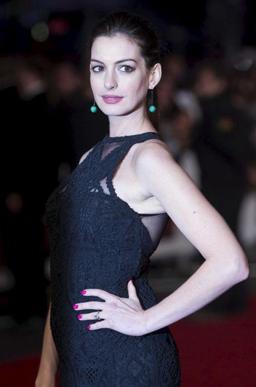 """Anne Hathaway à l'avant-première londonienne du """"Nouveau stagiaire"""" le 27 septembre dernier."""