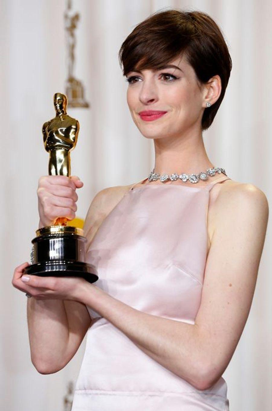 Anne Hathaway remporte l'Oscar de la meilleure actrice dans un second rôle en 2013.