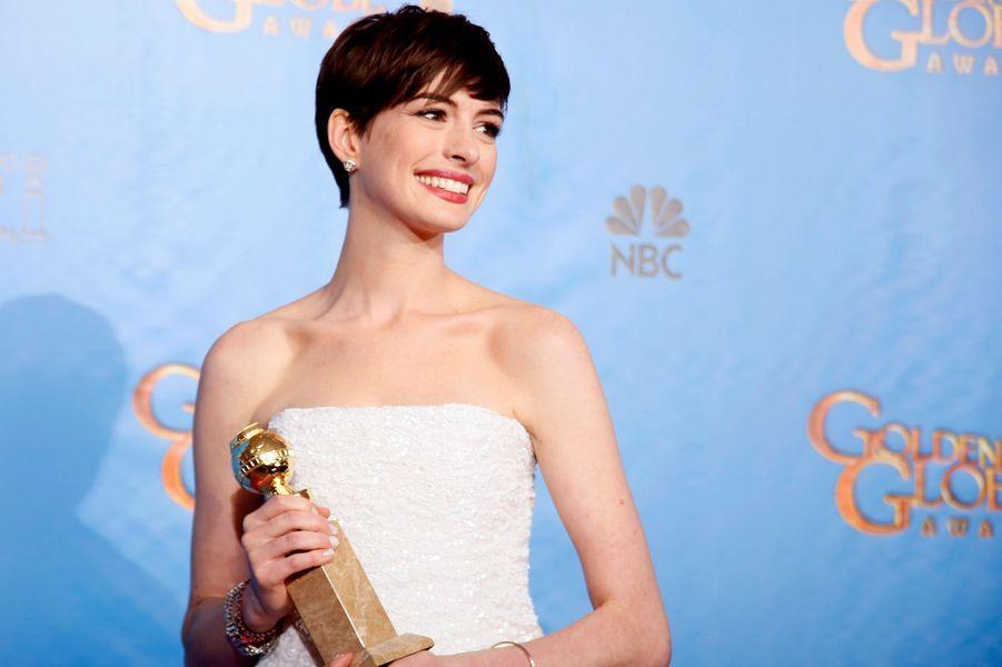 Anne Hathaway remporte le Golden Globe de la meilleure actrice dans un second rôle en 2013.