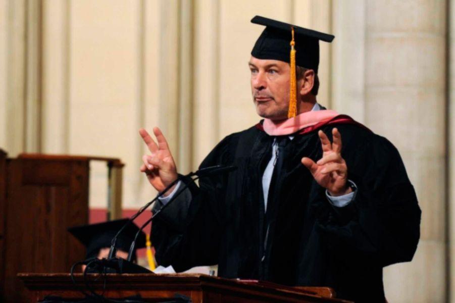 L'acteur a reçu en mai 2012 un doctorat symbolique de la part de la Manhattan School of Music, à New York. Dans la vraie vie, il est diplômé en arts, droit et économie.