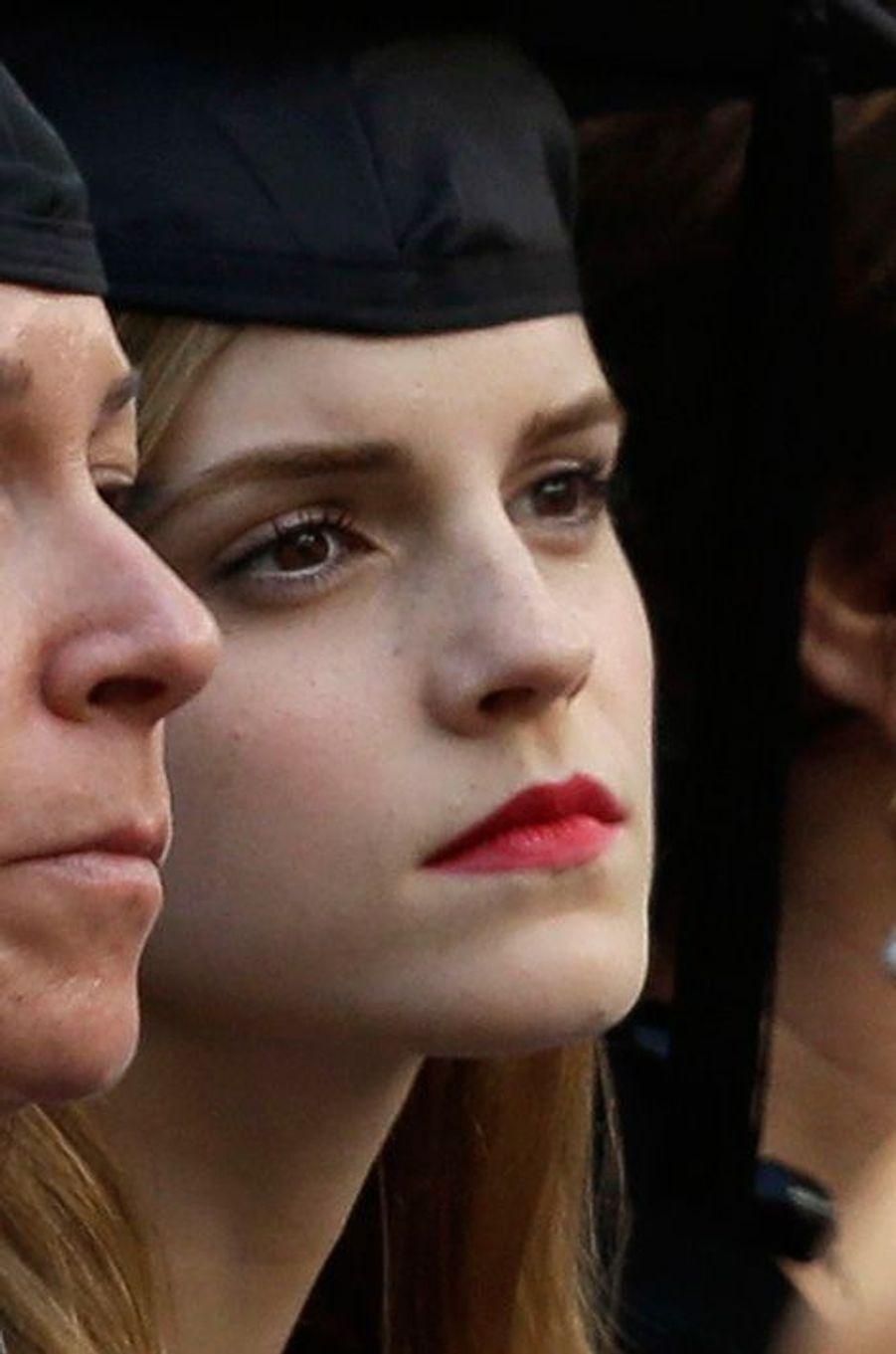 Après avoir écumé les bancs de Poudlard, Emma Watson a été diplômée dimanche dernier à l'université américaine de Brown en littérature anglaise. Celle qui interprétait Hermione Granger dans la saga «Harry Potter» s'était inscrite dans la prestigieuse école en 2009, tout en continuant à mener sa carrière d'actrice. Fière de son parcours, le jeune femme de 24 ans a publiée une photo d'elle sur son compte Twitter, coiffée du chapeau des jeunes diplômés.