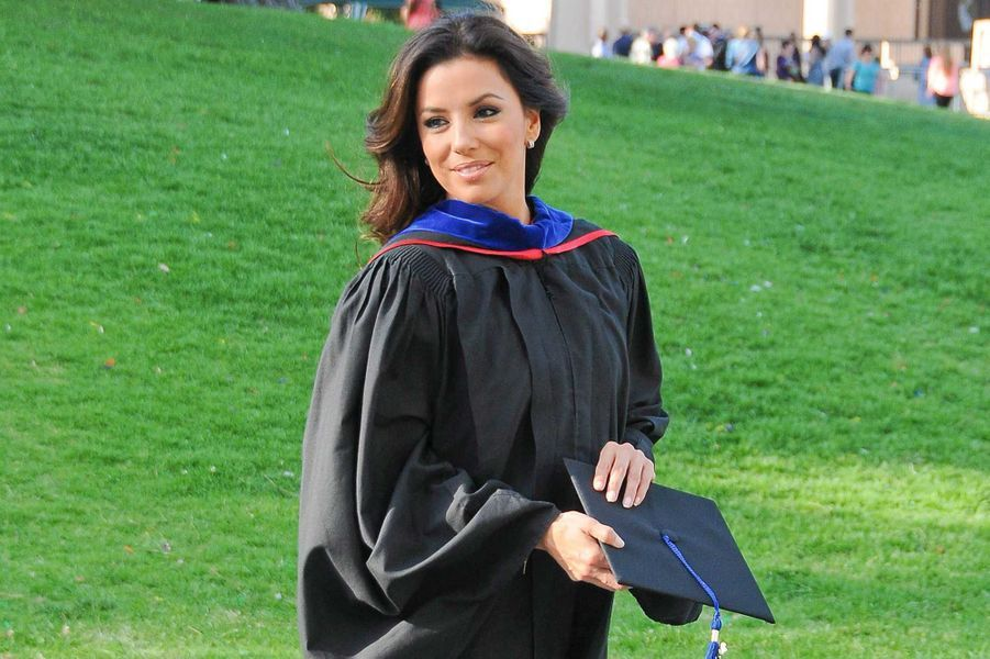 A 38 ans, Eva Longoria a obtenu un Master's Degree, qui correspond au niveau bac + 5 ou 6 en France. Depuis trois ans, elle étudiait les Chicano Studies, une matière qui aborde notamment la question de l'intégration de la communauté latino aux Etats-Unis, cause qui lui tient particulièrement à coeur. La star de «Desperate Housewives» a assisté mardi à la remise des diplômes à l'Université de Northridge. Comme elle, d'autres actrices et acteurs ont fait de prestigieuses études supérieures, quitte à reprendre les études une fois leur carrière bien lancée. D'autres se sont contentés de recevoir des diplômes honorifiques, non sans fierté néanmoins!