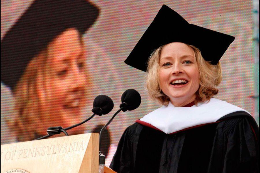 Jodie Foster a fait sa scolarité au lycée français de Los Angeles. Elle a ensuite obtenu l'équivalent d'un Master de littérature anglaise dans la prestigieuse université de Yale. En 2006, elle a reçu un doctorat en Art honorifique de l'Université de Pennsylvanie.