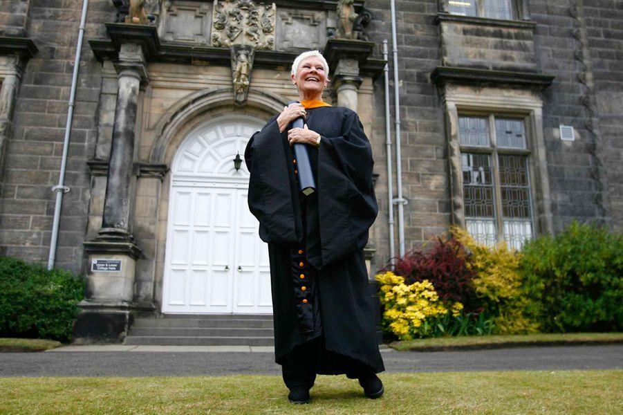 A 73 ans, l'actrice a reçu,le 24 juin 2008, un doctorat honorifique ès Lettres de la part de la St. Andrews University, la plus ancienne université d'Ecosse, qui compte le prince William et Kate Middleton parmi ses anciens élèves.