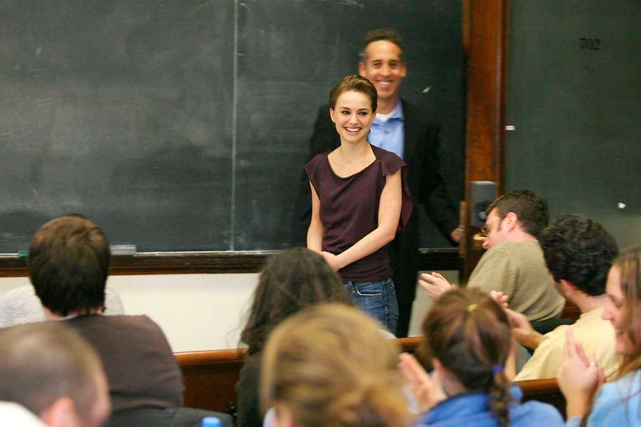 Natalie Portman, diplômée de psychologie à l'université d'Harvard (en 2003, après son succès dans «Star Wars»), a été invitée en mars 2006 en tant que conférencière à l'Université de Columbia pour un cours sur le terrorisme et l'anti-terrorisme. L'année suivante, elle est revenue parler de l'organisation de microfinance FINCA International.