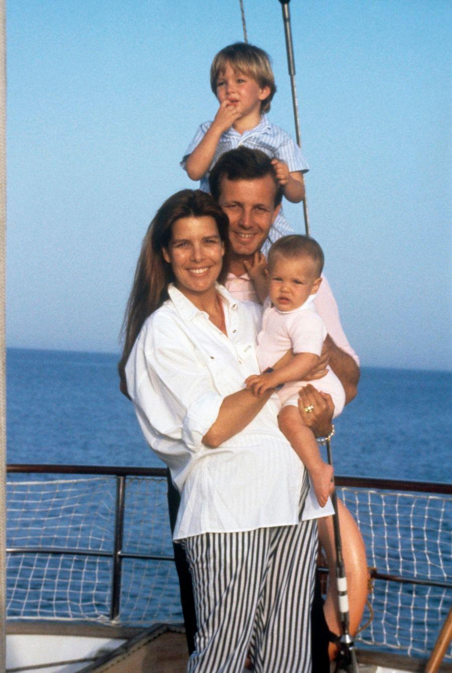 Caroline de Monaco et Stefano Casiraghi avec Andrea et Charlotte, en 1987.