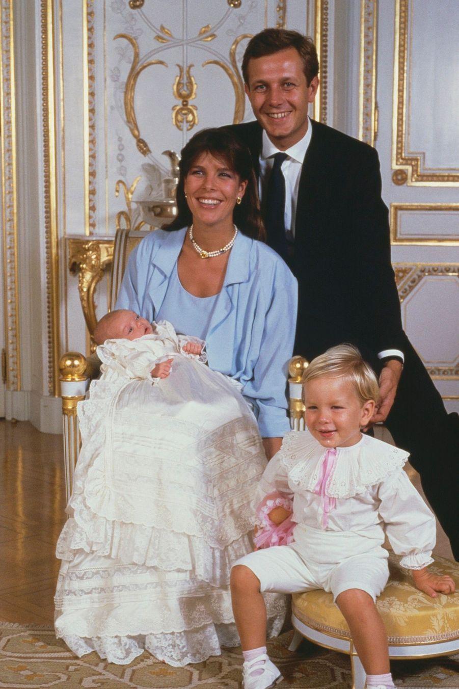 La joyeuse famille Casiraghi au baptême de Charlotte, le 20 septembre 1986.