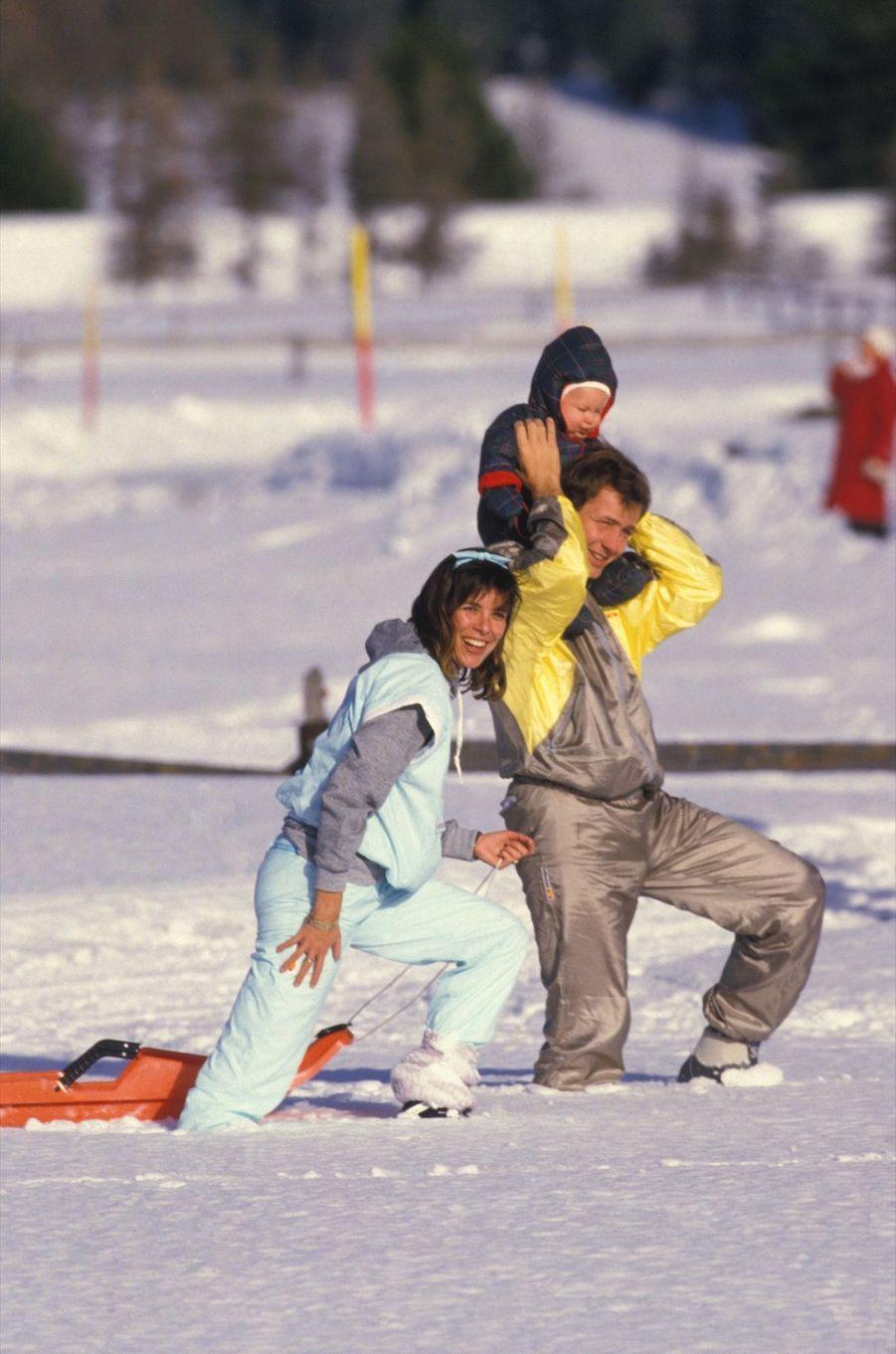 La Princesse Caroline de Monaco avec son époux Stefano Casiraghi et leur fils Andrea à Saint-Moritz, en Suisse, le 2 février 1985.