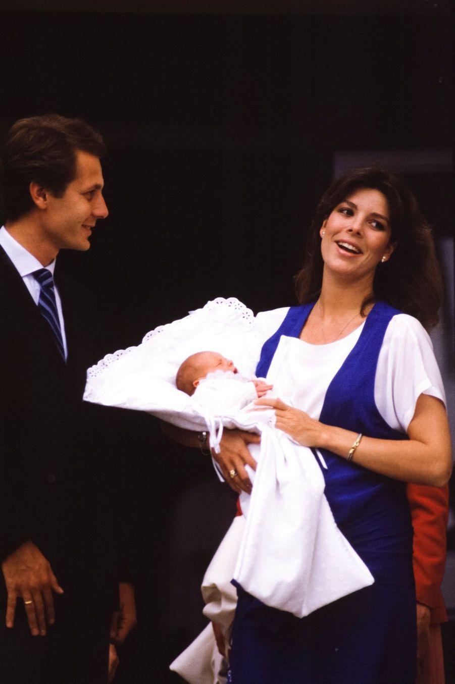 La princesse Caroline et son mari Stefano Casiraghi avec leur fils Andrea, à la sortie de la maternité à Monaco, le 10 juin 1984.