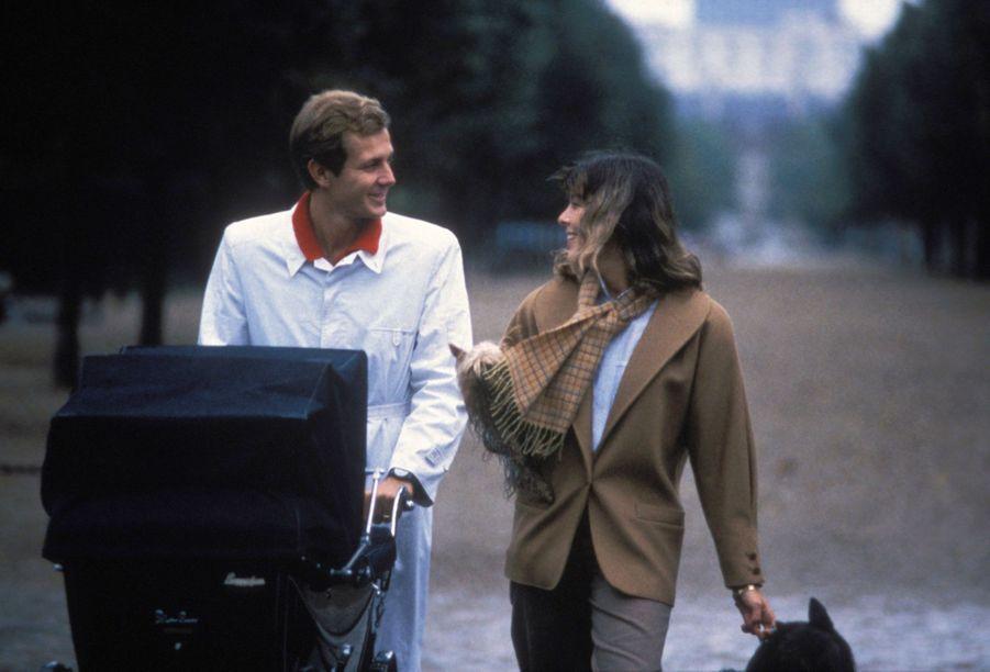 Caroline de Monaco en Stefano Casiraghi promènent leur fille Charlotte dans un landau, automne 1986