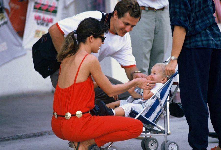 Caroline de Monaco et Stefano Casiraghi avec Andrea, à Miami, 10 novembre 1985.