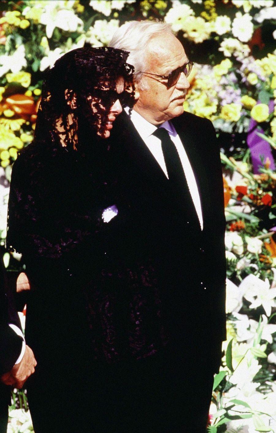 Caroline de Monaco, accompagnée de son père le prince Rainier, aux funérailles de son époux Stefano Casiraghi, à Monaco, le 6 octobre 1990.