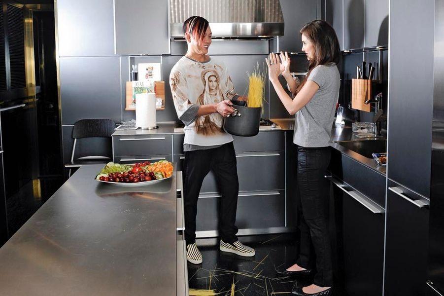 Stephen et Deborah dans leur cuisine high-tech de la résidence Bel Air. C'est Stephen qui a entièrement conçu la décoration.