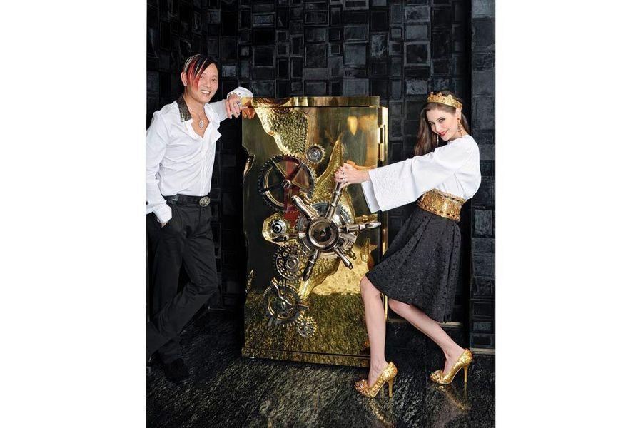 Les époux Hung jouent aux braqueurs avec un faux coffre-fort dans le salon de leur appartement. Il est habillé en Versace, elle, en Dolce & Gabbana.