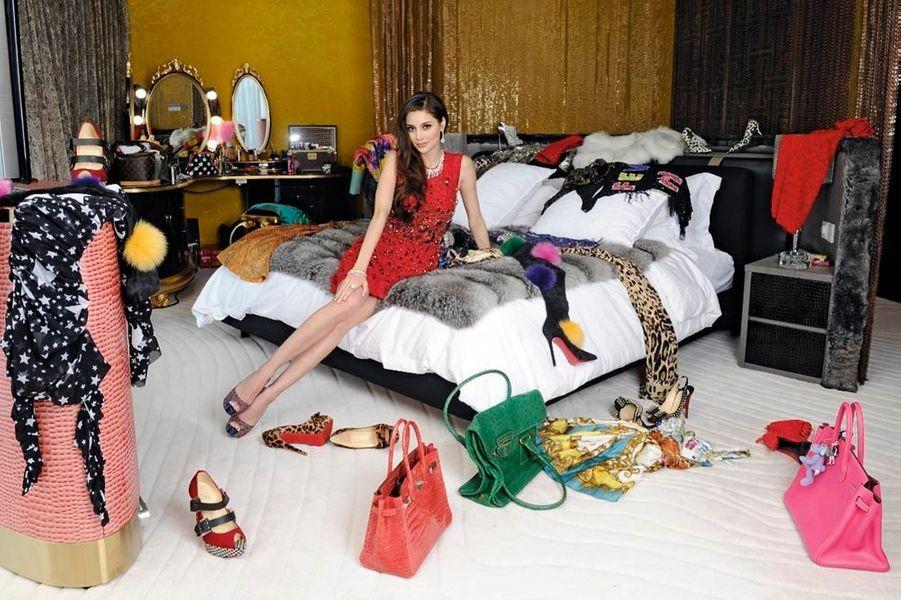 Ancien mannequin, manager de Dreamodels, Deborah, ici dans leur chambre, est, comme son époux, dingue de fringues. Ils assistent aux plus prestigieuses fashion weeks.